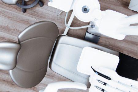 La différence entre un denturologiste et un dentiste
